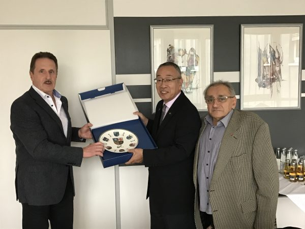 v.l. Präsident Behindertensportverband Axel Riedschy, Bürgermeister Enomoto, Vizepräsident Edmund Minas